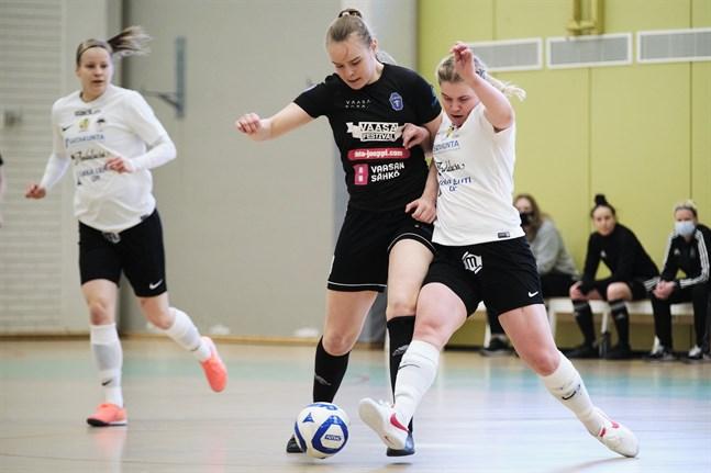 Emma Pettissalo (i svart) i närkamp med Netta Hannula, som gjort näst flest poäng i futsalligan den här säsongen, hela 32+22. Men mot FC Sport-j kammade hon noll.