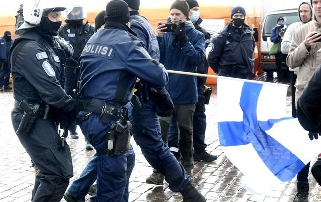 Upp till 300 personer deltog i en demonstration mot regeringens coronarestriktioner i Helsingfors centrum på lördagen. Polisen grep flera demonstranter.
