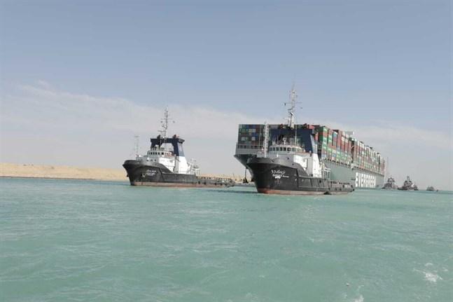 Det gigantiska fraktfartyget Ever Given bogserat ut ur Suezkanalen efter att ha grävts loss den 29 mars. Fartyget har dock fortfarande inte fått lämna Egypten.