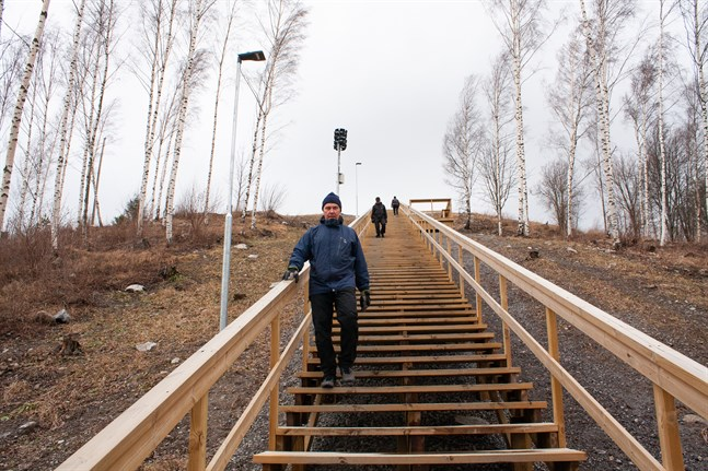 Markus Hagman är på väg ner för trappan vid Gerbyberget.