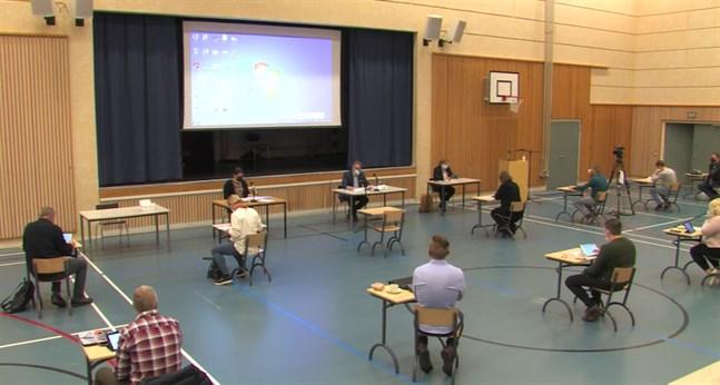 Måndagens fullmäktigemöte hölls i Cronhjelmskolans festsal och direktsändes via Youtube.