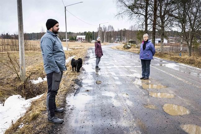 Tom Heir, Marie Östman och Margareta Lundberg hoppas att vägen snart ska grundförbättras. Stora hål i asfalten blir igenfyllda men snart uppstår nya.