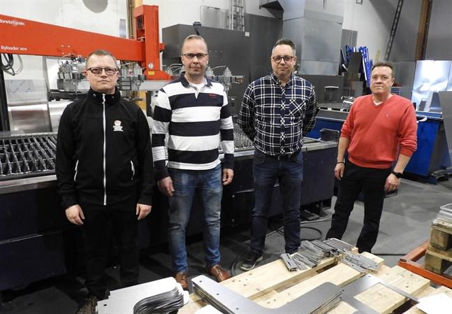Pasi Santikko, delägare i Apuwatti och Apuwatis vd Jarke Wieczorek tillsammans med  försäljningsdirektör Jani Poikkimäki och vd Tom Bergström från Veslatec.