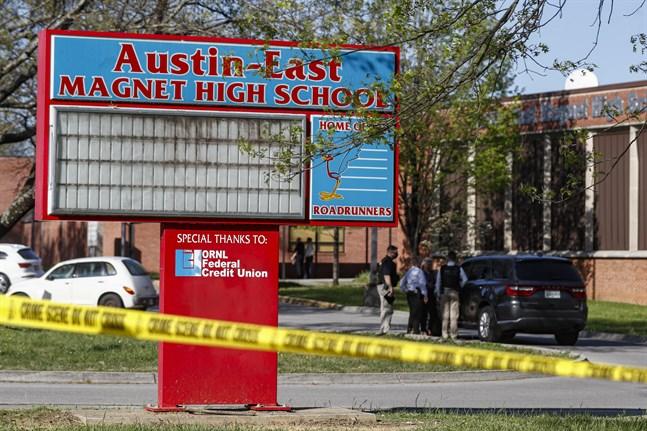 Polisavspärrningar utanför Austin-East Magnet High School i Knoxville.
