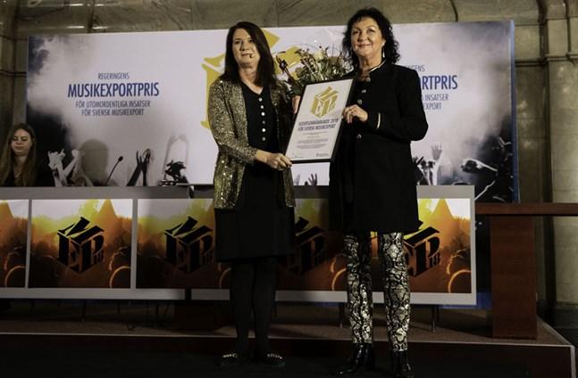 Rektor Ulla Sjöström (till höger) har fått många priser för sitt arbete med Musikmakarna. Hon fick hedersomnämnande för insatser av särskild betydelse för svensk musiks internationalisering 2018. Prisutdelare var Sveriges utrikeshandelsminister Ann Linde.