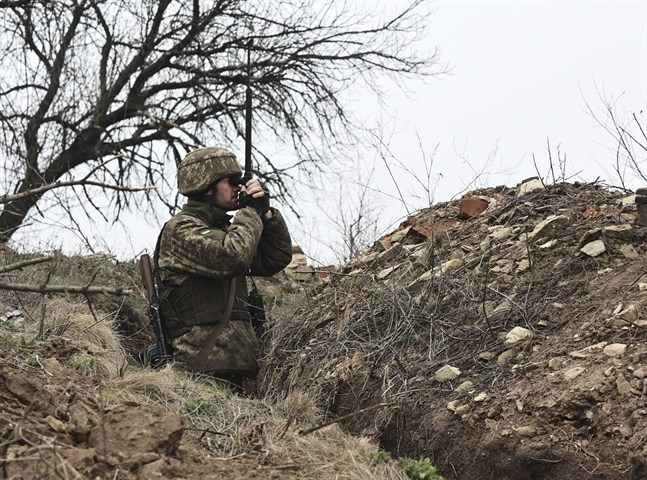En ukrainsk soldat spanar över frontlinjen mot den ryssvänliga utbrytarrepubliken Donetsk. Spänningarna i östra Ukraina har tilltagit på sistone med ett skarpt ordkrig mellan Ryssland och Nato.