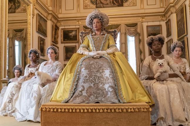 "Golda Rosheuvel som drottning Charlotte i ""Bridgerton"". Pressbild."