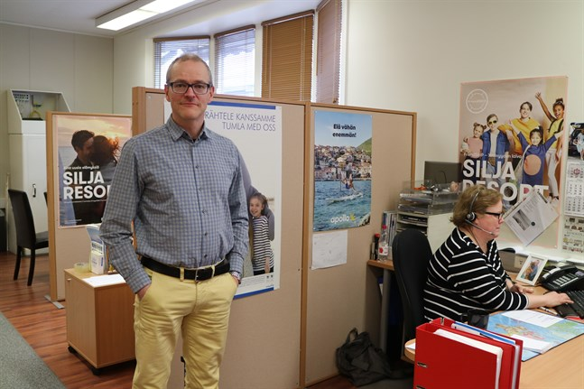 Kimmo Kalliokoski, vd på Karleby resebyrå, tycker att läget ändå känns bättre nu än förra våren. Vaccineringarna gör att han vågar tro på mer resande inom en överskådlig framtid. I bakgrunden kollegan Kati Ojala.