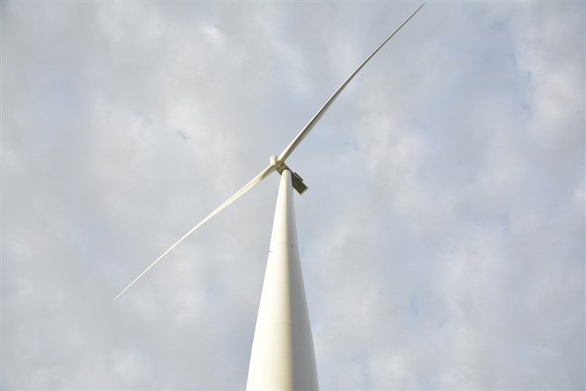 V har sett att trenden vänder med gårdsmejerier och annan småskalig tillverkning. Nu öppnas en möjlighet att genom vindkraft och solpaneler flytta generering av elkraft till mindre lokala enheter, skriver Kjell Skoglund.