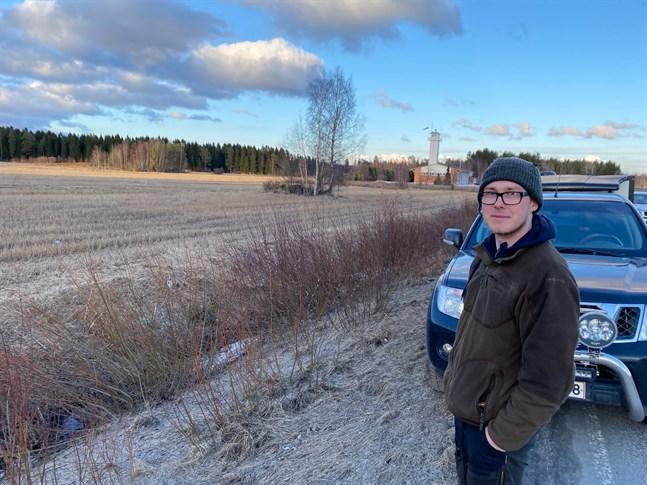 Jimmy Blomqvist såg en varg springa över åkern förbi brandstationen tillbaka in mot centrum av Nykarleby. Den har hunnit korsa flera gårdsplaner under tisdagskvällen.