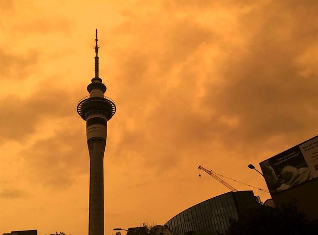 Himlen bakom Sky Tower i Nya Zeelands största stad Auckland färgades orange när rök från Australiens bränder drev in över landet i början av 2020.