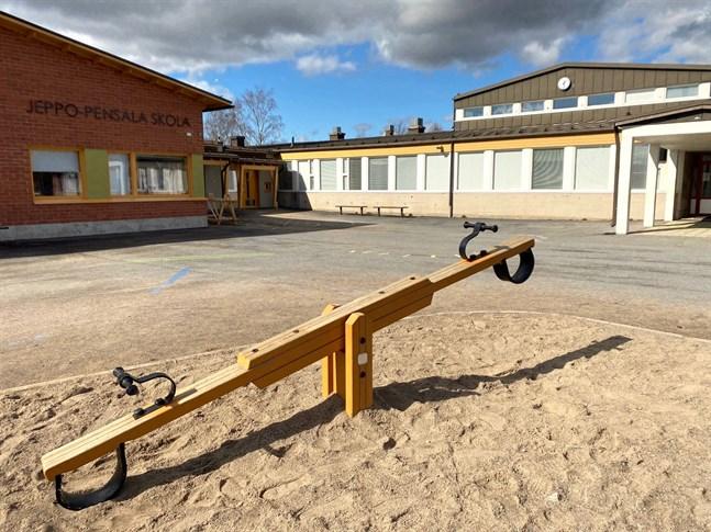 Stenkolstjära har hittats också på andra ställen än i gymnastiksalen i Jeppo-Pensala skola. Det handlar om mindre förekomster och inte i rum som används regelbundet.