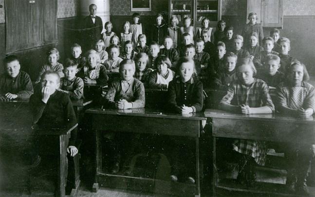 På den här bilden från Näveråsens skola i Närpes var läroplikten ungefär tio år gammal.