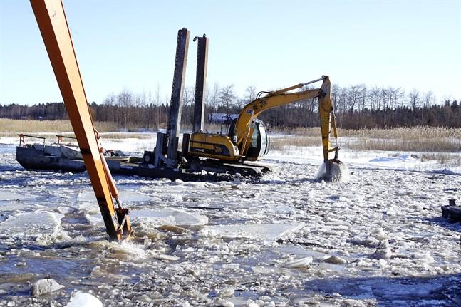 Bilden är från 2013 då Lappfjärds ås huvudfåra ut mot havet muddrades. Det var på avsnittet Skutholmen-Solaxgrunden. Nu återstår den sista etappen av åprojektet – och det kanske kan utföras vintern 2022.