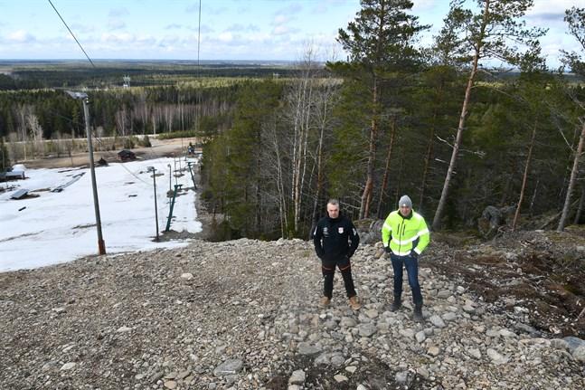 Janne Smeds från Länken Ski och vägmästare Niklas Brandt ska se till så att utförsåkarna får ett tredje alternativ nästa säsong när skogen blir nedfart.