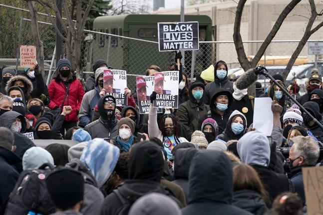 Demonstranter har samlats utanför polisstationen I Brooklyn Center för att protestera mot dödsskjutningen av Daunte Wright.