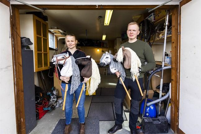 Ann-Helen Rahja och Jimmy Peltola  driver Humma hobby horses. Den bruna hästen längst till höger är på väg med expressleverans till Schweiz.