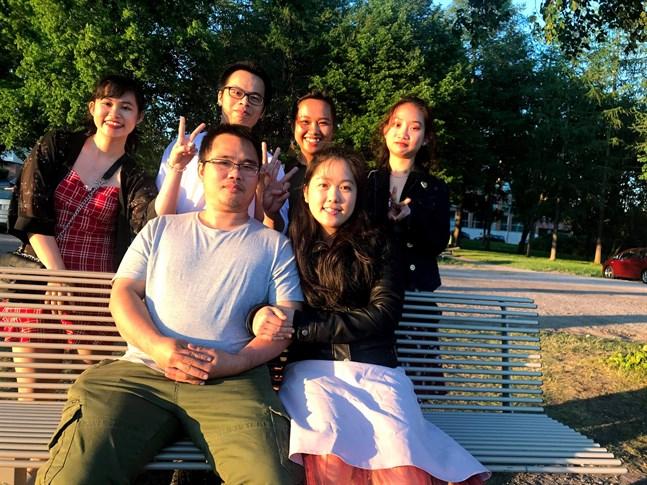 Chau Tran och Linh Le med Long Vans glasslag bakom bänken: Tran Nguyen, Anh Nguyen, Ha Nguyen och Hien Tran.