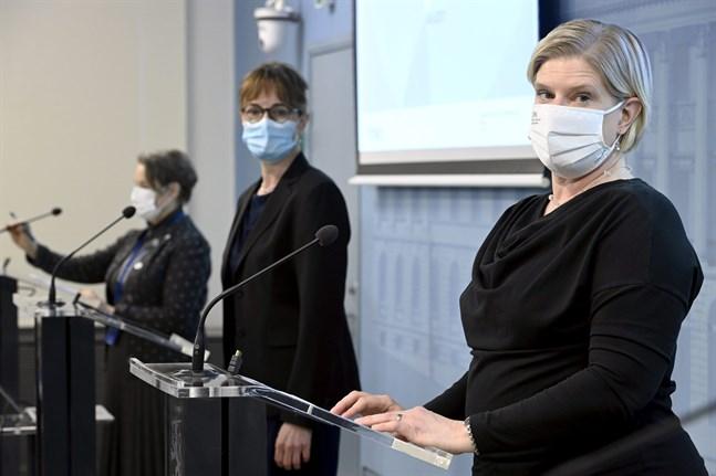 I presskonferensen deltog överläkare Sari Ekholm från Social- och hälsovårdsministeriet, överläkare Maija Kaukonen från Fimea och ledande sakkunnig Miia Kontio från Institutet för hälsa och välfärd.
