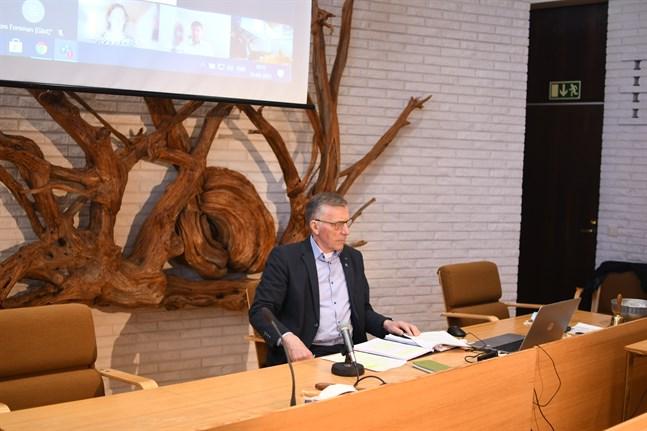 Eftersom nästan hela Närpes stads ledningsgrupp är i karantän var stadsstyrelseordförande Olav Sjögård enda som var fysiskt närvarande då bokslutet presenterades. Ekonomidirektör Kent-Ole Qvisén och Mikaela Björklund deltog på distans.