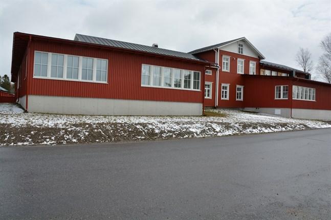 Västra Närpes skola får både ny klasslärare och timlärare i höst. Dessutom har skolan fått ny rektor i vår.