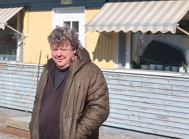 Anders Wentin är sedan oktober i fjol disponent för Kronoby bostäder. På ett halvår har mycket hänt och nu ska bland annat fasaden på Hembo i Nedervetil snyggas upp.