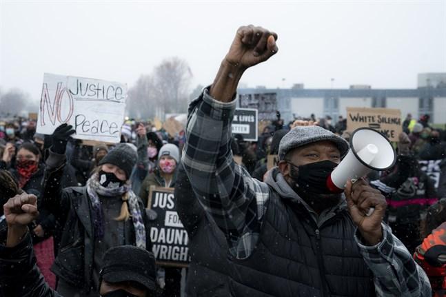 Demonstranter på väg till Brooklyn Centers polisstation i tisdags.