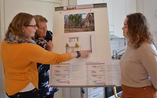 Carlsro är herrskapsvillan som först blev sommarhotell och sedan museum. Nu ska museiområdet bli en kulturell samlingsplats. Maria Ingström visar för Riitta Raikio-Söderlund och Linda Aura hur trädgärden vid Carlsros huvudingång ska se ut.