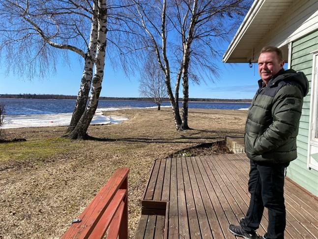 Dennis Rönn vid familjen Rönns stuga nere vid Andra sjön sade redan i april att Rönns är intresserade av att lösa in sin tomt. Priset avgör om det blir köp.