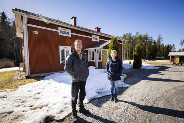 Timo och Päivi Marjamäki har renoverat släktgården där Timos pappa föddes. Med åren har det blivit allt tystare i byn och de flesta som bor här är äldre.