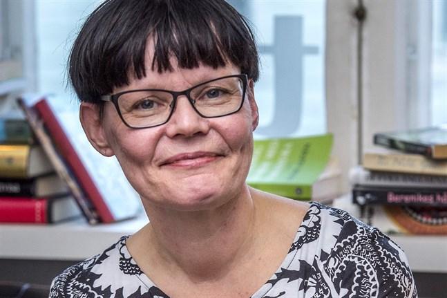 Päivi Jokitalo betonar vikten av att biblioteken, hemmen, skolorna och till exempel rådgivningstjänster för familjer jobbar tillsammans för att alla barn ska ha tillgång till böcker.