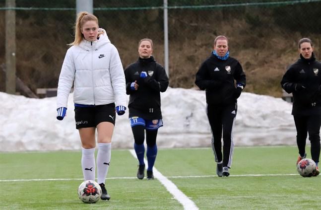 Amanda Kass har tränat med Vasa IFK en längre tid och nu står det klart att hon kommer spela med laget i division 1. I bakgrunden lagkamraterna Fanny Forss, Heidi Rannikko och Linnéa Hjerpe.