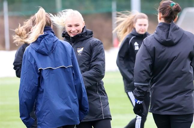 För sju månader sedan trodde Emilia Grönholm att hon aldrig skulle spela fotboll igen. Därför uppskattar hon extra mycket att få träna och spela matcher nu.