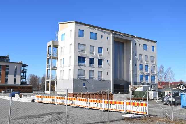 Tomten som det här flervåningshuset reser sig på, en del av gamla mejeritomten i Finby, har staden sålt till husbolaget Närpes Åbro.
