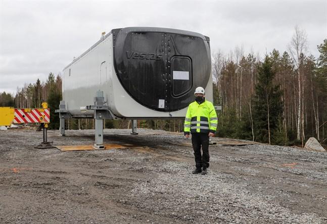 Mathias Smeds, arbetsledare för OX2, har bråda veckor framför sig då sju vindkraftverk ska monteras i Storbacken.