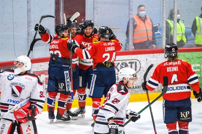 Hermes till final! Det var idel glada miner i Karlebylaget på torsdagen. Här firar man Jesper Ahlgrens 2–0-mål.