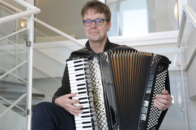 Bo Lund trivs bra med sitt jobb som dragspelslärare på Kuula-institutet.