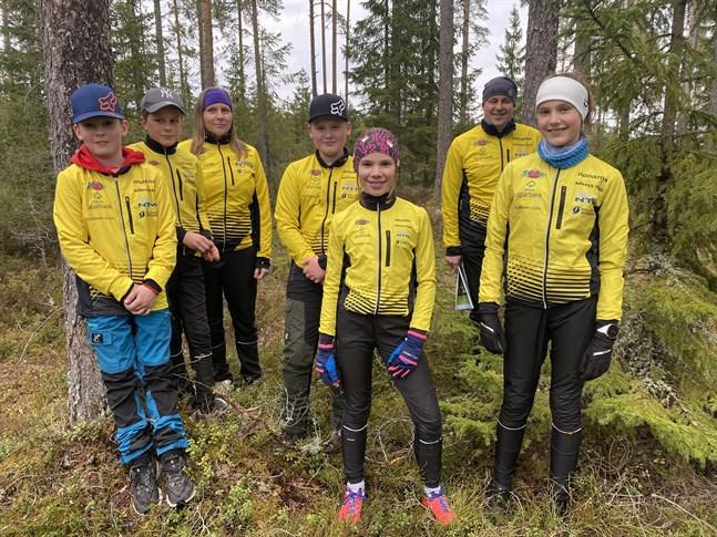 I NOK finns orienterare i alla åldrar. Här några av dem. Pontus Yrjans (till vänster), Isak Hertsbacka, Malin Haka, Johan Yrjans, Lea Snickars, Johan Hertsbacka och Matilda Snickars tävlar alla för Närpesföreningen.