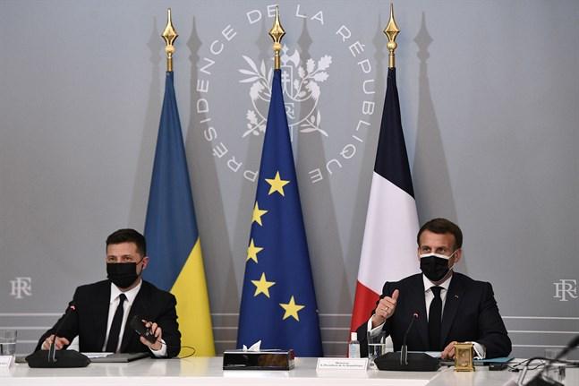 Frankrikes president Emmanuel Macron, till höger, och Ukrainas president Volodymyr Zelensky höll lunchmöte i Paris på fredagen. Tysklands förbundskansler Angela Merkel deltog via videolänk. De tre ledarna vill få till stånd ett toppmöte med Rysslands president Vladimir Putin.
