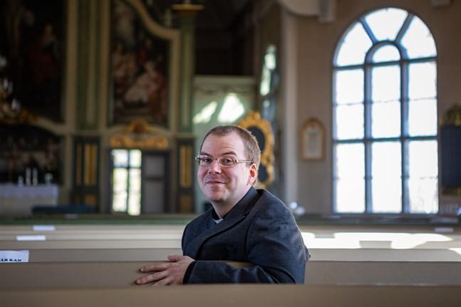 Tuomo A. Komulainen känner sig väl mottagen i Kronoby församling och tycker att Terjärv kyrka är mycket vacker.