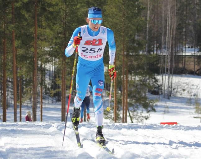 Alexander Ståhlberg, Norrvalla Ski Team, gasar på mot ett FM-guld på 10 kilometer klassiskt i Vuokatti.