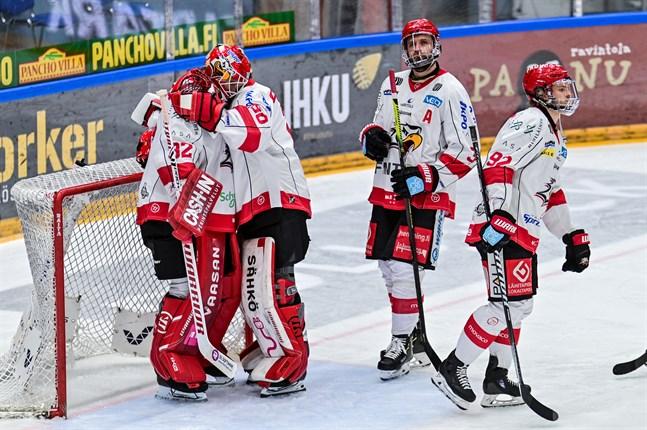 Rasmus Reijola är framme och tröstar sin målvaktskollega Niko Hovinen efter slutspelsnederlaget mot Kärpät. Ett tecken på den starka lagandan i Sport.