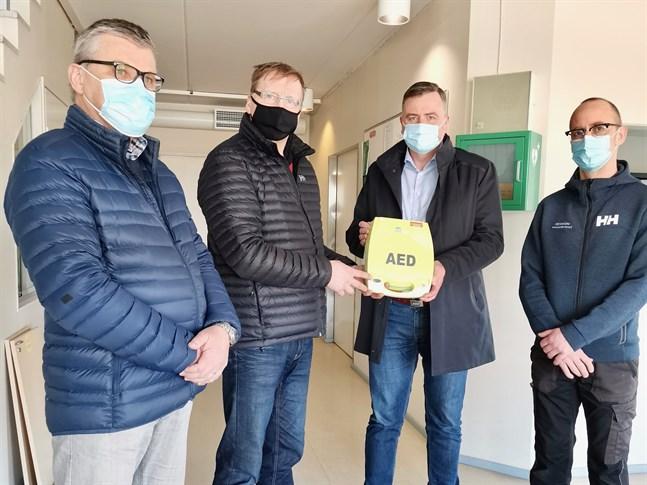 Lionsklubbens president Ola Sundqvist och vice ordförande Christian Dahlin överlämnade defibrillatorn till kommundirektör Stefan Svenfors och fastighetsvärden Andreas Forsman.