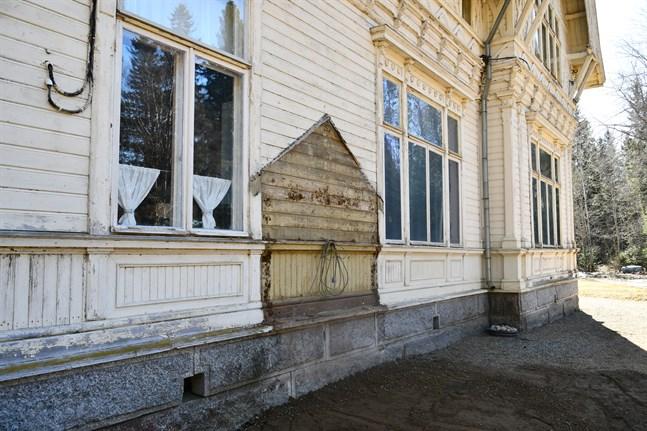 Den lilla tillbyggnaden mellan köks- och matsalsfönstret på Carlsro har rivits.