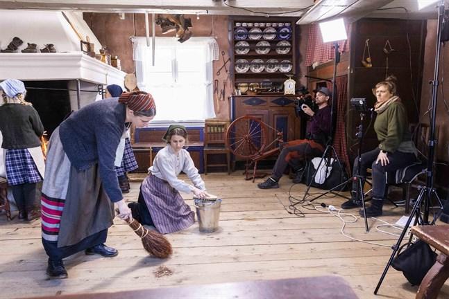 Astrid (Lotta Ventus) och Signe (Anna Moberg) sopar och skurar golvet inför julen. Bakom kameran John Råholm. Agneta Lindroos regisserar.