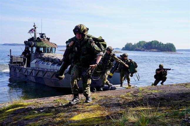 Många anställda vid Försvaret har gjort över 16 timmar långa arbetsdagar under militära övningar.