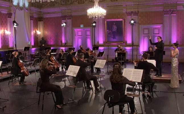 """Dirigenten Anna-Maria Helsing hade ett klart grepp om det krävande partituret i Benjamin Brittens """"Les Illuminations"""". Solisten Marjukka Tepponen stod för ett laddat utförande."""