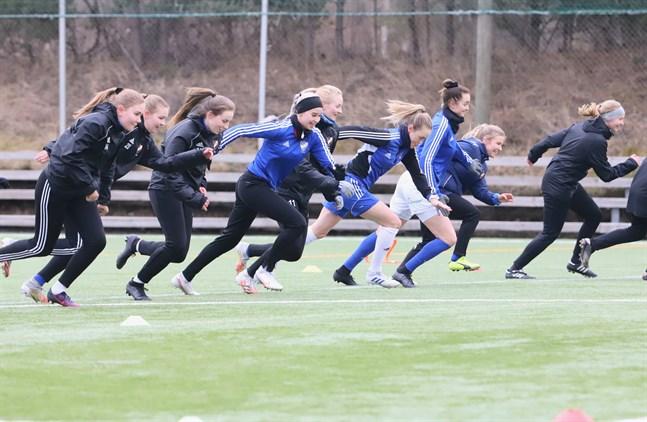 Spurter på gång på träning. I blått syns Mirella Siltanen, Sofia Näs och Tanja Ali-Marttila som alla hör till division 1-truppen.