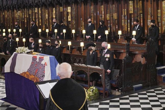 Kate, hertiginna av Cambridge, och hennes man prins William, prins Edward, prins Charles och hans fru Camilla satt på ena sidan altaret i kyrkan.