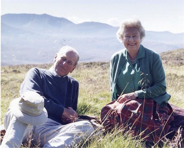Prins Philip och drottning Elizabeth på semester 2003. Pressbild.